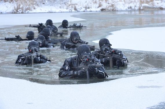 특전사 대원들이 하천을 이요해 적진으로 수중침투를 실시하고 있다.