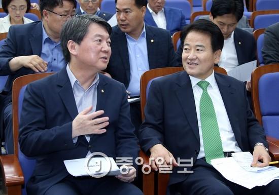 지난해 12월 12일 국민의당 의원총회에서 옆자리에 앉은 안철수(왼쪽) 전 대표와 정동영 의원.