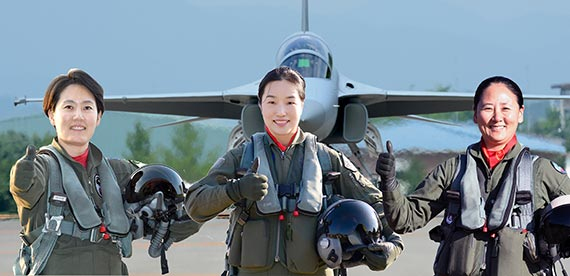 공군 창군 사상 첫 여성 전투비행대장이 된 박지원·박지연·하정미 소령(왼쪽부터). '최초의 여성' 기록들을 갈아치운 이들이다. 부대가 서로 떨어져 있기 때문에 함께 있는 모습으로 사진을 합성했다. [사진 공군]