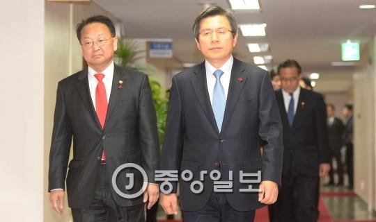 황교안 대통령 권한대행(오른쪽)이 오늘부터 5차례에 걸쳐 부처의 신년 업부보고를 받는다. [중앙포토]