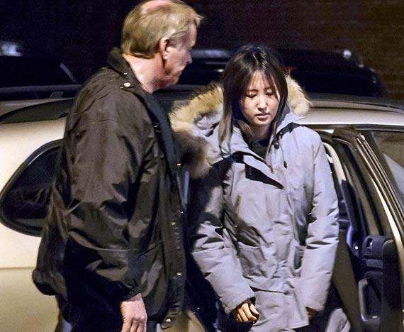 덴마크 올보르 지역에서 체포된 최순실씨의 딸 정유라씨가 3일 새벽(한국시간) 구금시설로 이동하기 위해 차에서 내리고 있다. [사진 AP=뉴시스]
