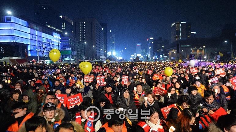 10차례의 광화문 촛불집회에 참가한 연인원은 주최측 추산 1천만명을 넘는다. [사진 중앙포토]