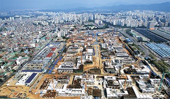 올해부터 내년까지 정부가 계획하는 신규 주택수요보다 20만 가구가 넘는 아파트가 들어설 예정이다. 공급은 급증하지만 주택경기가 가라앉으면서 수요는 예년 수준에 못 미칠 것으로 예상된다. 사진은 내년 입주 예정으로 공사가 한창인 9500여 가구 규모의 서울 가락동 송파헬리오시티. [사진 현대건설]