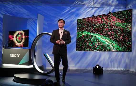 김현석 삼성전자 영상디스플레이사업부 사장이 3일(현지시간) CES에서 QLED TV를 소개하고 있다. [사진 삼성전자]