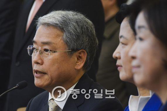 국민의당 김동철 비대위원장(제일 왼쪽). 김경록 기자