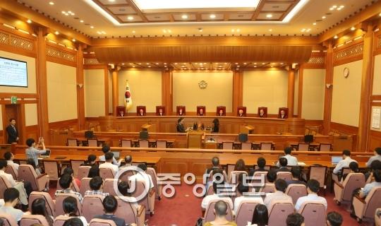 헌재는 오늘 박 대통령 탄핵심판 2차 변론기일을 열고 증인 신문 등에 나선다. [중앙포토]