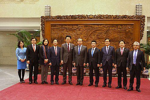 5일 중국 언론들이 한국의 더불어민주당 의원 7명이 하루 전 중국 베이징을 방문해 왕이(王毅) 외교부장 등 고위 관계자들을 만났다고 비중있게 보도했다. [뉴시스]