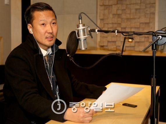 다수의 광고에서 내레이션 해 '목소리 스타'가 된 성우 정형석씨. 김춘식 기자