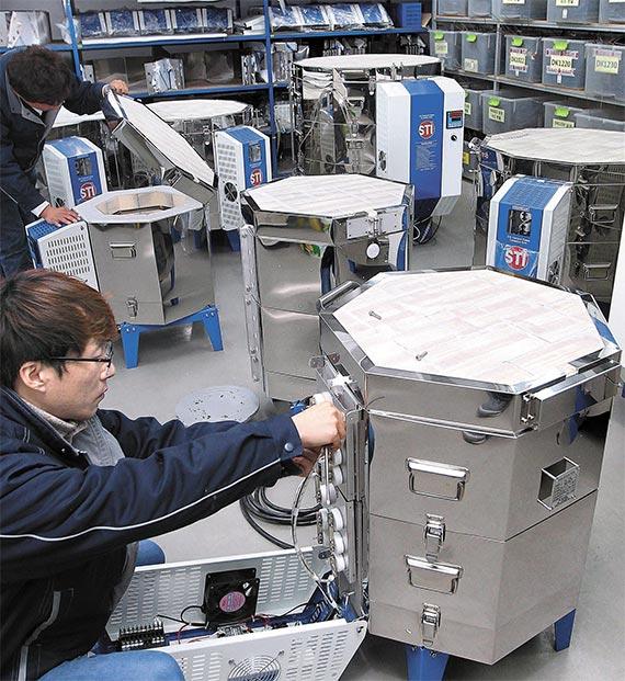 작업장에서 도자기 제작용 전기가마 제품을 조립하고 있는 모습. [구미=프리랜서 공정식]