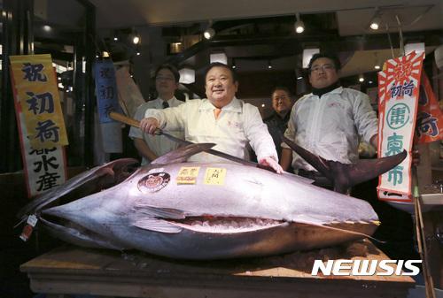 5일 열린 경매에서 일본 참치 경매 사상 두 번째로 비싼 가격에 낙찰된 참치. [사진 뉴시스]