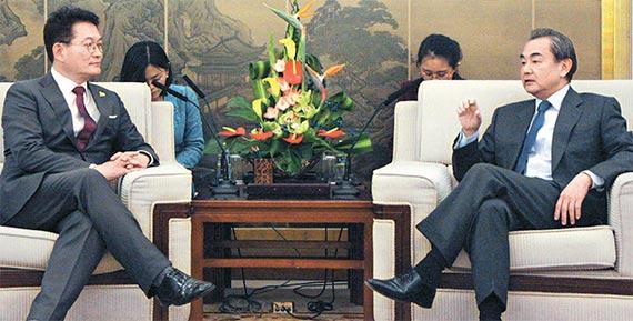 4일 오후 중국 베이징에 있는 외교부 청사에서 왕이(王毅) 중국 외교부장(오른쪽)과 송영길 더불어민주당 의원이 대화하고 있다. [사진 공동취재단]