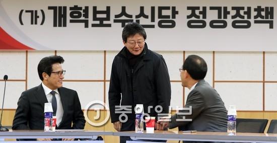유승민 개혁보수신당 의원(가운데).