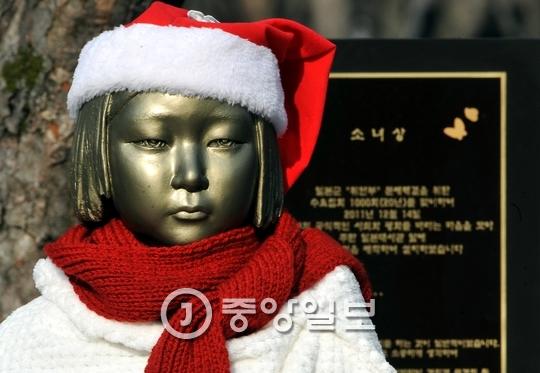2015년 12월 28일 한·일 위안부 합의가 이뤄진 날 대전 보라매공원 앞 소녀상에 모자와 망토, 목도리가 둘러져있다. [프리랜서 김성태]