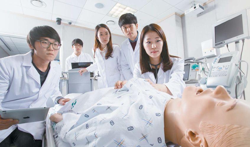 가톨릭대 의대 3학년 학생들이 실습용 마네킨을 놓고 복통을 호소하는 환자를 진료하는 실습을 하고 있다. 학생들은 다양한 증상에 대한 처치법을 익히며 의사로서 역량을 키운다. [사진 가톨릭대 의과대학]