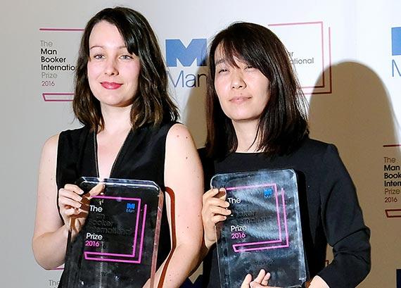 소설 『채식주의자』를 번역한 데버라 스미스(왼쪽)와 작가 한강.