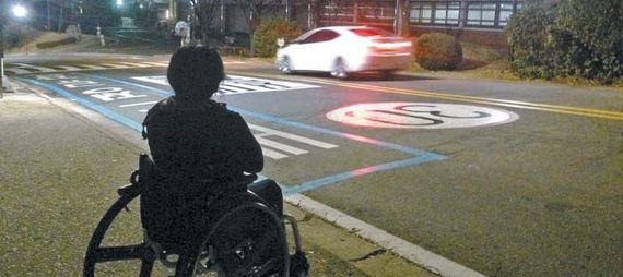 지난해 연말 시청 앞에서 장애인 콜택시 대기시간은 5시간이 넘었다. 오준엽 인턴기자