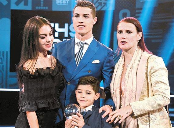 호날두(가운데)와 여자친구 로드리게스, 아들 호날두 주니어, 누나 카티아(왼쪽부터). [취리히 AP=뉴시스]