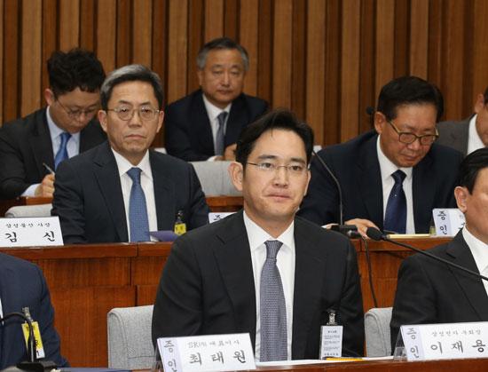 지난달 6일 국회 국조특위 청문회에 출석한 이재용 삼성전자 부회장(가운데)