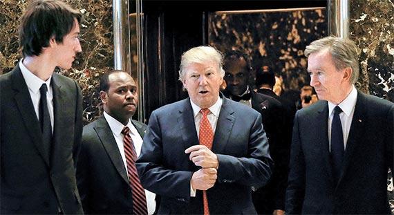 """세계적인 럭셔리 브랜드 기업 루이비통모에헤네시(LVMH)의 베르나르 아르노 회장(오른쪽)이 9일 뉴욕 트럼프타워에서 도널드 트럼프 대통령 당선인(가운데)을 만났다. 아르노 회장은 """"노스캐롤라이나 등에 공장을 건설해 미국 내 생산을 확대하겠다""""고 밝혔다. 왼쪽은 아르노 회장의 아들 알렉상드르 아르노. [로이터=뉴스1]"""