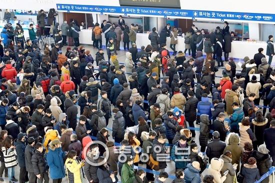 설 귀성 열차표 예매자로 붐비는 2016년의 코레일 서울역.