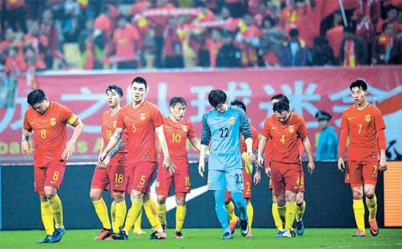 10일 아이슬란드와 평가전에서 패한 뒤 고개를 떨구는 중국축구대표팀 선수들. [난닝 신화=뉴시스]