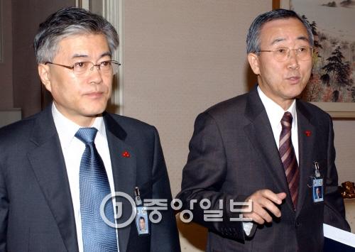 지난 2004년 청와대 수석보좌관 회의에 참석한 문재인 민정수석(왼쪽)과 반기문 외교보좌관(오른쪽)