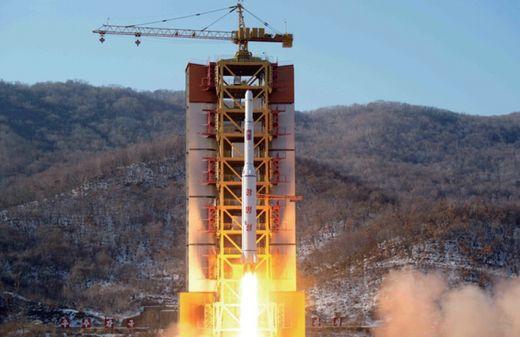 북한은 지난해 2월 장거리 미사일 발사 실험을 했다. [사진 국방백서]