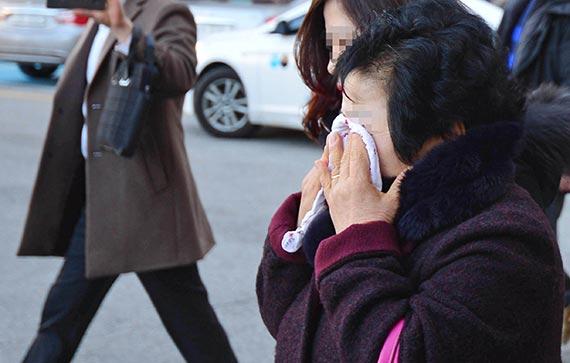 '나주 드들강 여고생 살인사건' 피해자의 어머니가 11일 광주지법에서 범인에게 무기징역 판결이 내려진 뒤 눈물을 흘리며 법원을 나서고 있다. [뉴시스]