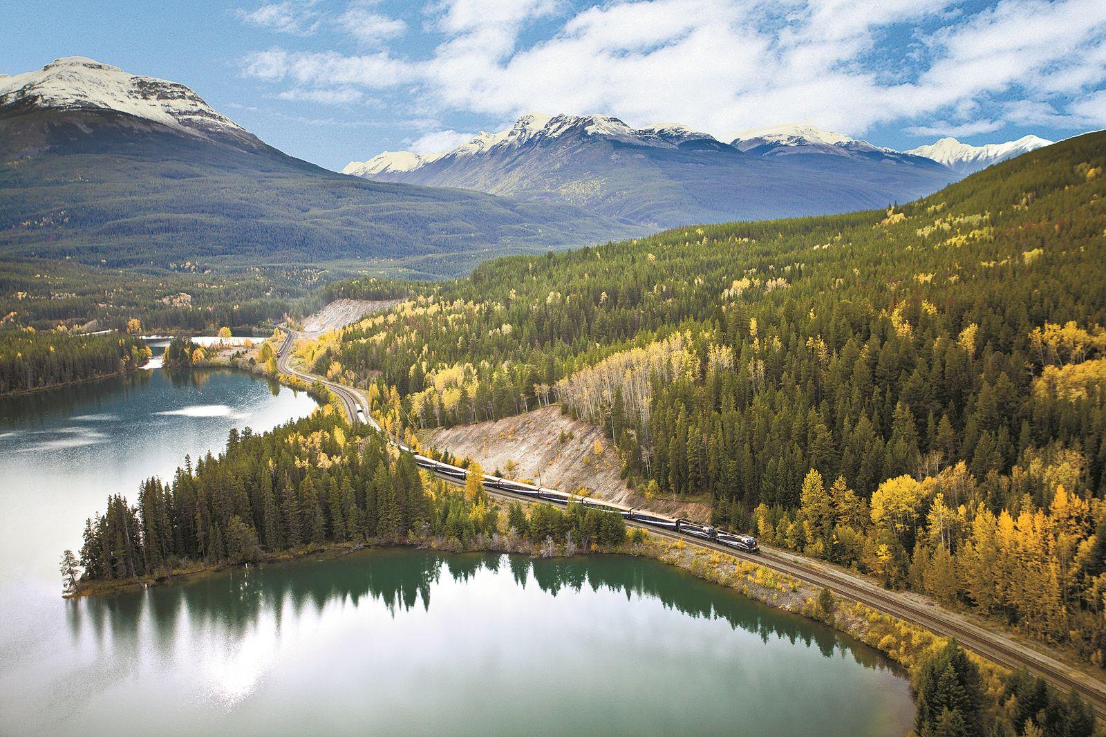 로키 산맥의 절경을 관통하는 로키 마운티니어 열차.