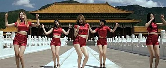 중국 연예매체는 뮤직비디오에 몸에 딱 붙고 짧은 붉은색 개량 치파오(중국 전통의상)를 입고 자금성으로 보이는 배경 앞에서 춤을 추거나 노출이 심한 옷을 입고 '용상'과 같은 의자에 앉아있는 장면 등이 포함됐기 때문이라고 주장했다. 해당 뮤직비디오 캡쳐사진. [사진 신나 엔터테인먼트]