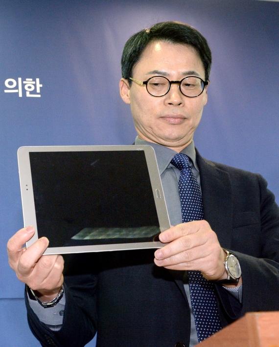 이규철 특검보가 11일 최순실씨가 2015년 7~11월 사용한 태블릿PC 실물을 공개했다. 해당 제품은 그러나 그해 8월 이후 양산돼 시제품이 전달된 게 아니냐는 의혹이 일고 있다. 이에 대해 삼성은 12일  시제품이 아닌 양산품 이라고 주장했다. [사진 뉴시스]