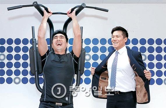 강영준(왼쪽)·김혁 공동대표는 주 1~2회 정도 헬스클럽에 가는 직장인과 운동을 다시 시작하려는 이용자를 타깃으로 삼았다. 한 조사에 따르면 한국 직장인은 일주일 평균 1.6회 정도 헬스장을 이용한다. [사진 최정동 기자]