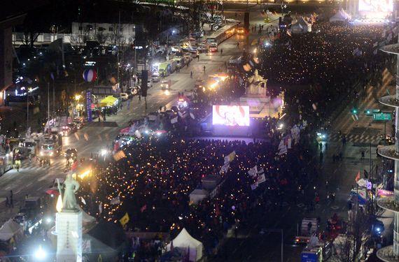 14일 오후 서울 종로구 광화문 광장에서 열린 ' 박근혜 대통령 퇴진과 공작정치주범 및 재벌총수 구속을 촉구 12차 촛불집회에서 시민들이 촛불을 밝히고 있다. [뉴시스]