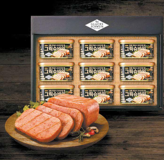 SPC삼립의 육가공 전문 자회사인 그릭슈바인에서 설을 맞아 돼지 앞다리와 뒷다리 살이 최적의 비율로 쫀득한 식감이 살아 있는 고급스러운 맛이 특징인 캔햄 선물세트를 출시했다. [사진 SPC삼립]