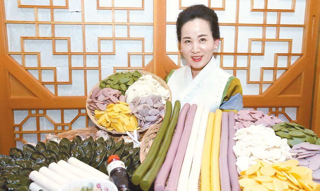 사회적기업 산머루마을이 지난해 가을 수확한 쌀로 만든 떡국 떡과 떡국 맛을 내는 데 좋은 집 간장 등으로 설 선물세트를 마련했다. 프리랜서 장정필