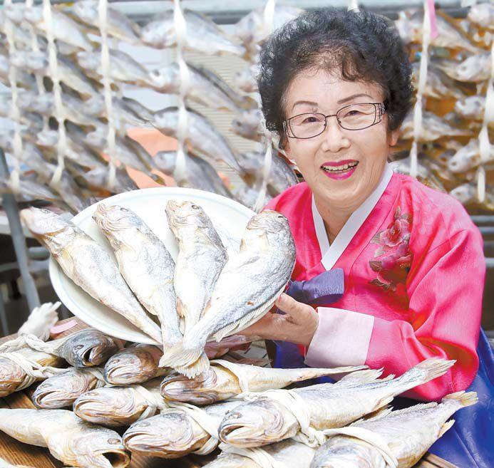 남양굴비 김은주 씨가 이번 설에 특판하는 부세 보리굴비를 보여주고 있다. 프리랜서 장정필