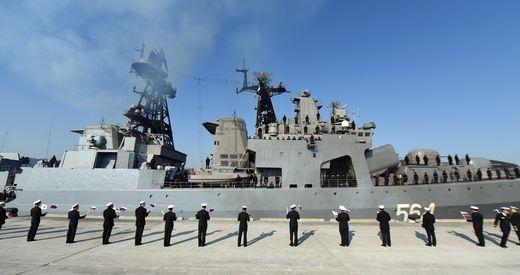 한국 해군 작전사령부 장병들이 지난 13일 부산 기지에 입항하는 러시아 해군 애드미럴 트리부츠함의 장병들을 환영하고 있다. [사진 해군 제공]