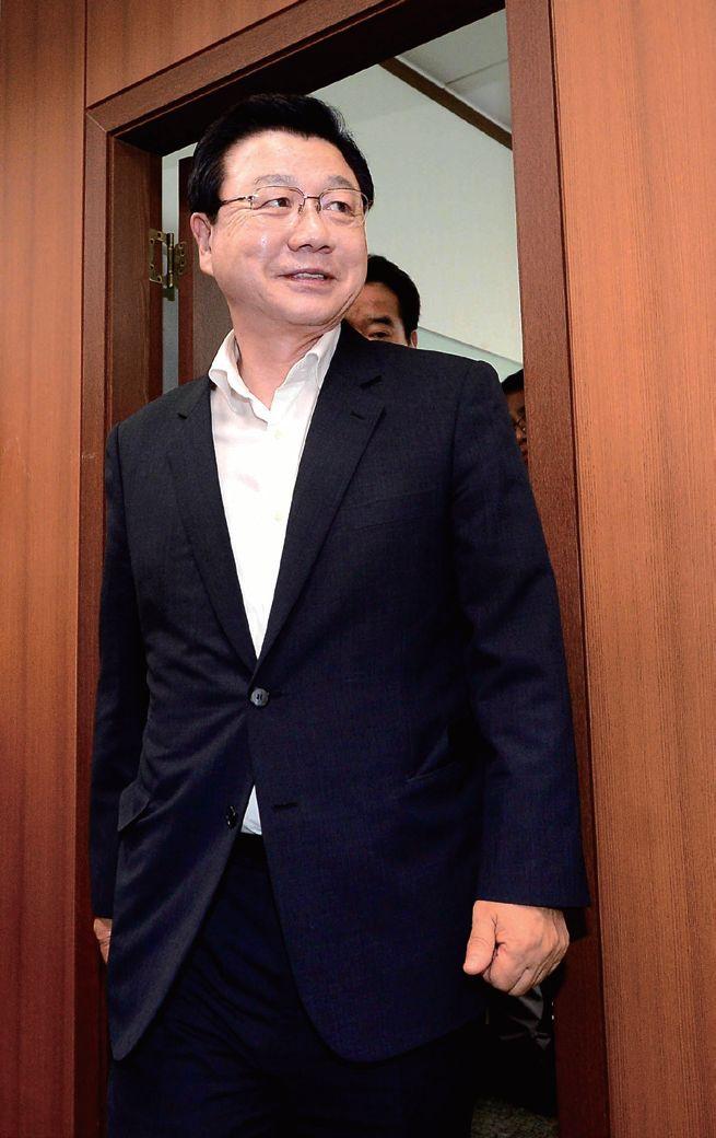 2014년 7월 21일 사퇴 의사를 밝힌 김진선 평창올림픽 조직위원장이 서울 중구 을지로 조직위원회 서울사무소에서 마지막 회의를 마치고 나오고 있다. [중앙포토]