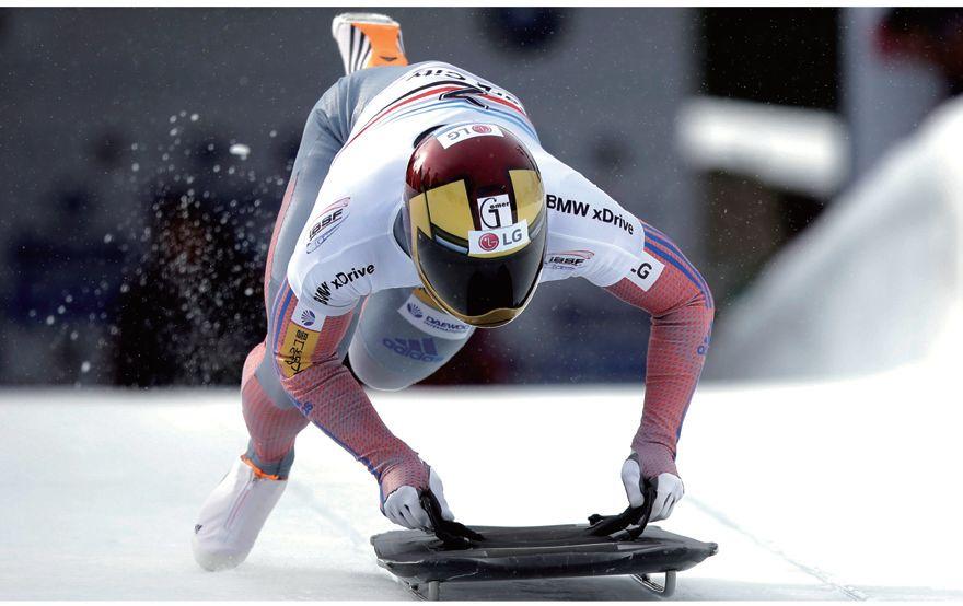평창올림픽에서 금메달을 바라보고 있는 스켈레톤 기대주 윤성빈이 영화 <아이언맨>의 가면을 본뜬 헬멧을 쓰고 달리고 있다. [중앙포토]
