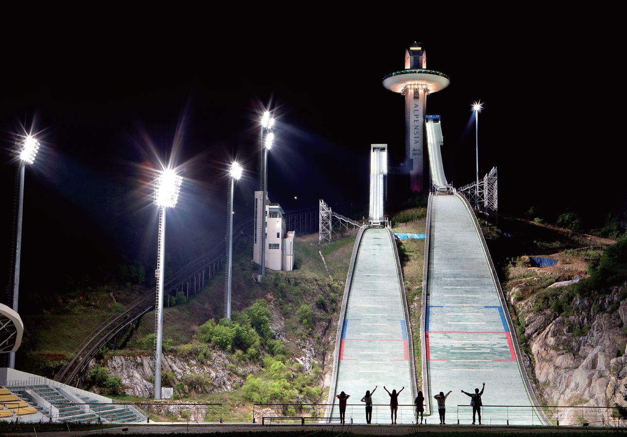 평창 알펜시아의 스키 점프대. 스키 점프대 위 비행접시 모양의 공간에 전망대가 마련돼 있다.