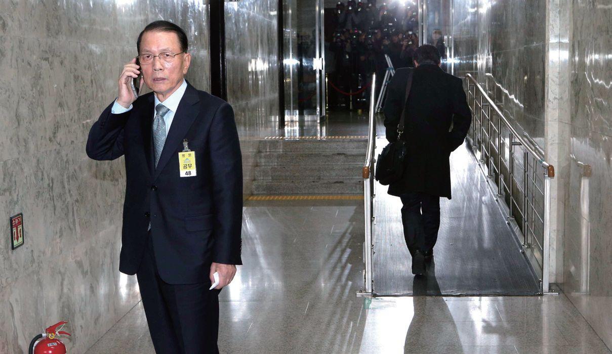김기춘 전 청와대 비서실장이 지난 12월 7일 국회에서 열린 최순실 국정농단 청문회를 마친 뒤 어디론가 전화하고 있다.