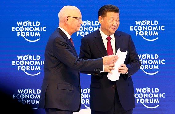 17일(현지시간) 스위스 다보스에서 열린 세계경제포럼(WEF)에 참석한 시진핑 중국 국가주석(오른쪽)과 클라우드 슈밥 WEF 회장. [다보스 로이터=뉴스1]