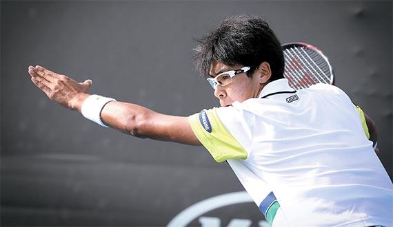 남자 테니스 세계 105위 정현이 17일 호주 멜버른에서 열린 호주오픈 단식 1회전에서 강력한 포핸드 샷을 하고 있다. [사진 대한테니스협회]