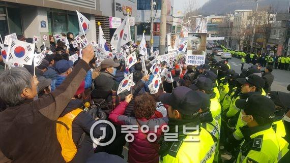 박근혜 대통령 지지자들이 18일 오전 대구 수성구 수성대학교 앞에서 바른정당 대구시당 창당을 규탄하는 집회를 벌이고 있다. 최우석 기자