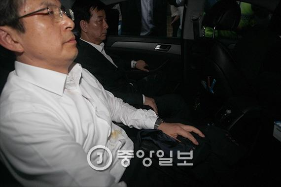 황 총리와 한민구 국방부 장관이 타고 있는 차량을 주민들이 에워쌌다. [중앙포토]