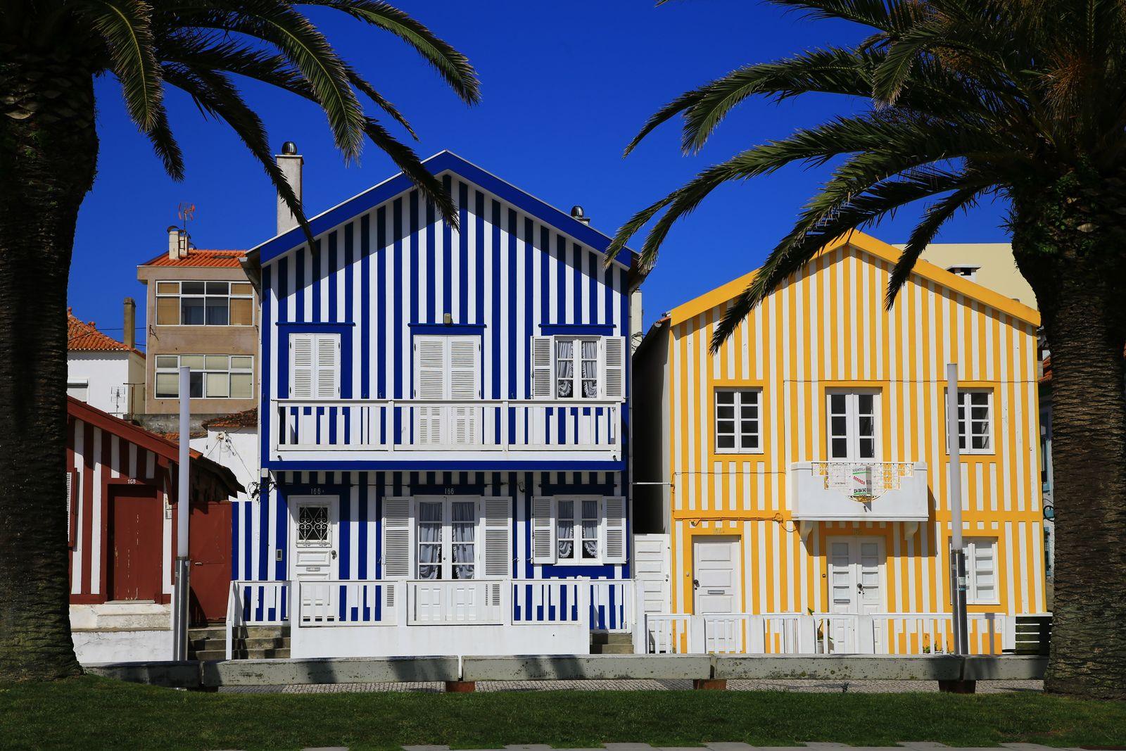 코스타 노바의 명물은 오색찬란한 줄무늬 집이다.