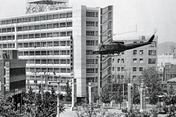 1980년 5·18 광주민주화운동 당시 전남도청(광주 금남로) 쪽에서 전일빌딩 앞쪽으로 헬기가 비행하고 있다. [사진 5·18기념재단]