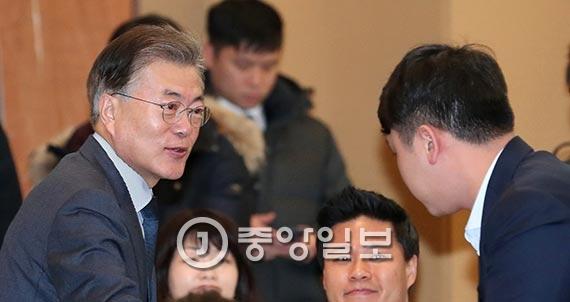 문재인 전 더불어민주당 대표가 17일 서울 한국프레스센터에서 열린 자신의 책 출판기념회에서 기자들과 인사하고 있다. [사진 전민규 기자]