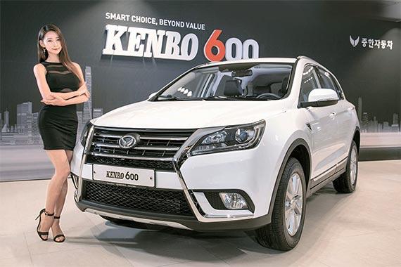 18일 인천 남구 중한자동차 본사에서 열린 '켄보 600' 출시 행사에서 모델이 신차를 홍보하고 있다. 켄보 600은 중형 SUV다. 1.5L 가솔린 터보 엔진을 얹고 최고 출력 147마력, 최대 토크 21.9㎏f·m의 성능을 낸다. 가격은 1999만~2099만원. 국내 선보인 첫 중국산 승용차다. [사진 중한차]