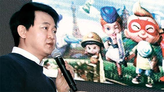 방준혁 넷마블게임즈 이사회 의장이 18일 서울 여의도 글래드호텔에서 열린 기자간담회에서 지난달 출시한 '리니지2 레볼루션'의 실적과 해외 시장 진출 계획 등을 설명하고 있다. [사진 넷마블]